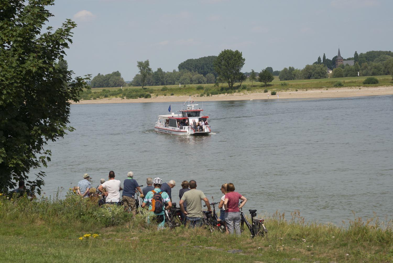 """Mit der Fähre """"Keer Tröch II"""" setzen Sie bei uns direkt auf die rechte Rheinseite über. (Foto mit Blick auf Bislich)"""